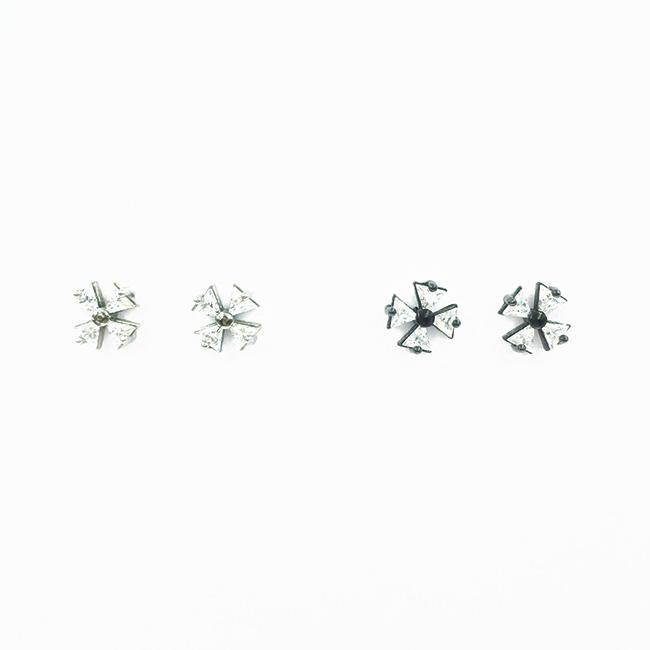 韓國 不鏽鋼 三角型 水鑽 爪鑽 花造型 銀邊黑邊 2色 後轉式耳環