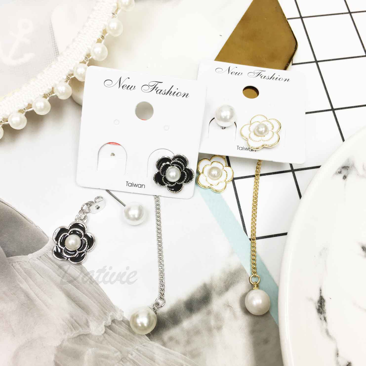 小香風 珍珠 山茶花 不對稱 2色 垂墜感 耳針式耳環