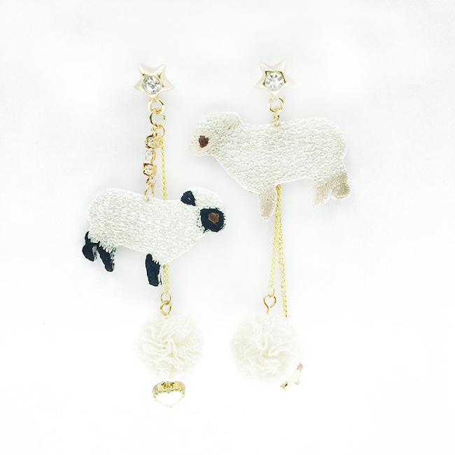 韓國 不對稱 刺繡 燙布貼 綿羊 毛球 星星 珍珠 鑽 流蘇 愛心 垂墜感 4入 耳針式耳環