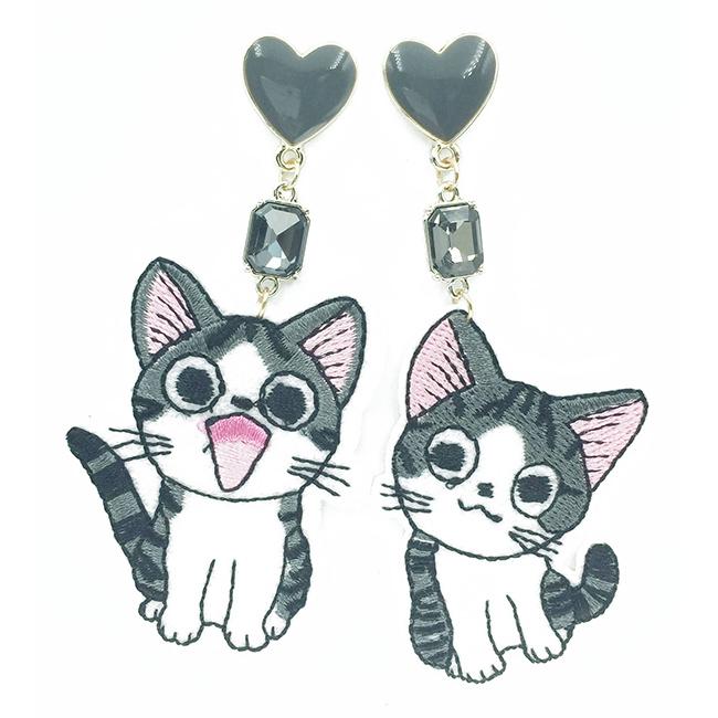 韓國 不對稱 刺繡 燙布貼 貓咪 開心 哭哭 耳針式耳環