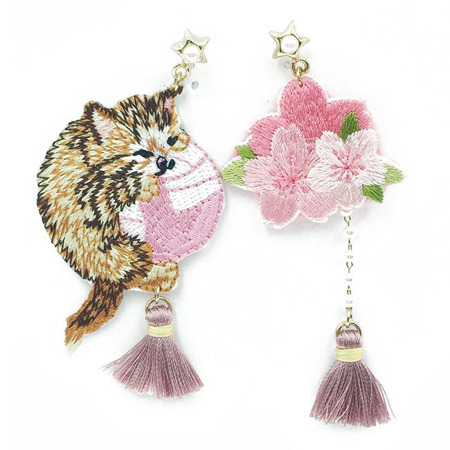 韓國 不對稱 刺繡 燙布貼 貓咪 毛線球 櫻花 星星 流蘇 垂墜感 耳針式耳環