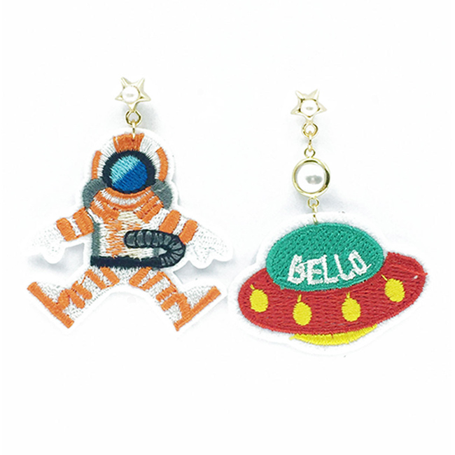 韓國 不對稱 刺繡 燙布貼 飛碟 太空人 珠珠 星星 垂墜感 耳針式耳環