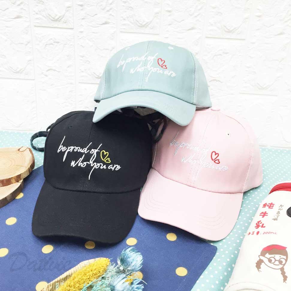 棒球帽 草寫英文 愛心 刺繡 後格紋綁帶可調鬆緊 帽子 鴨舌帽