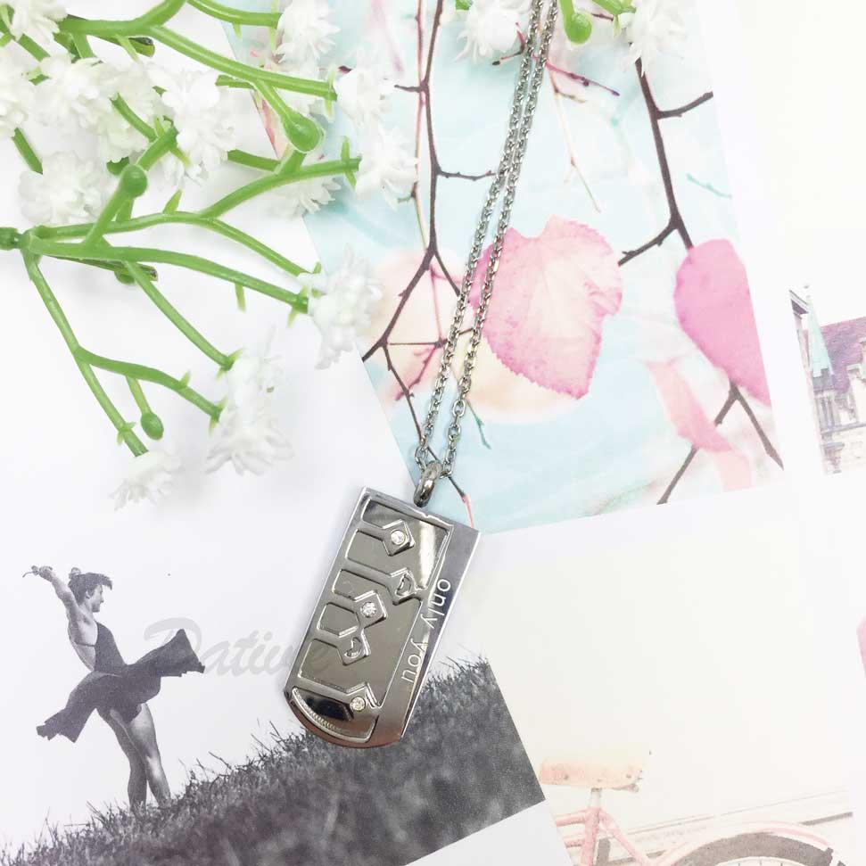韓國 不鏽鋼 吊牌 刻字 (唯一的你) 側邊長短線條菱形水鑽 項鍊