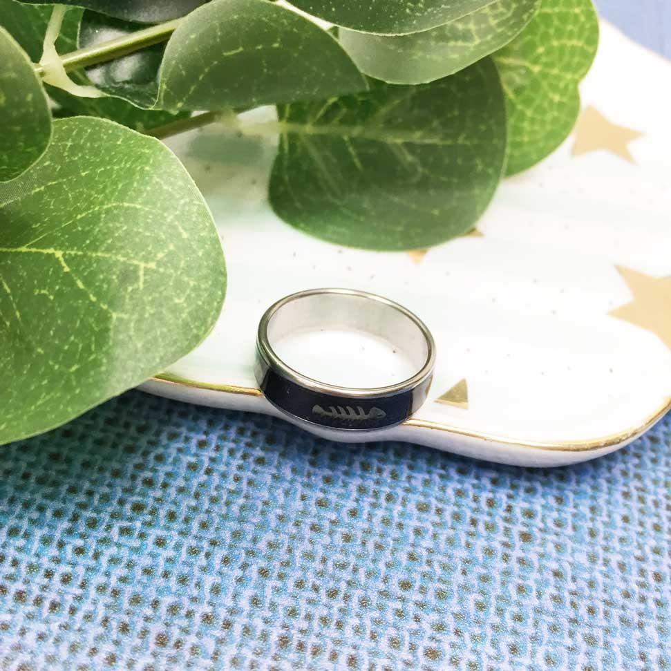 不鏽鋼 黑底 魚骨頭 趣味風 銀色 手飾 戒指