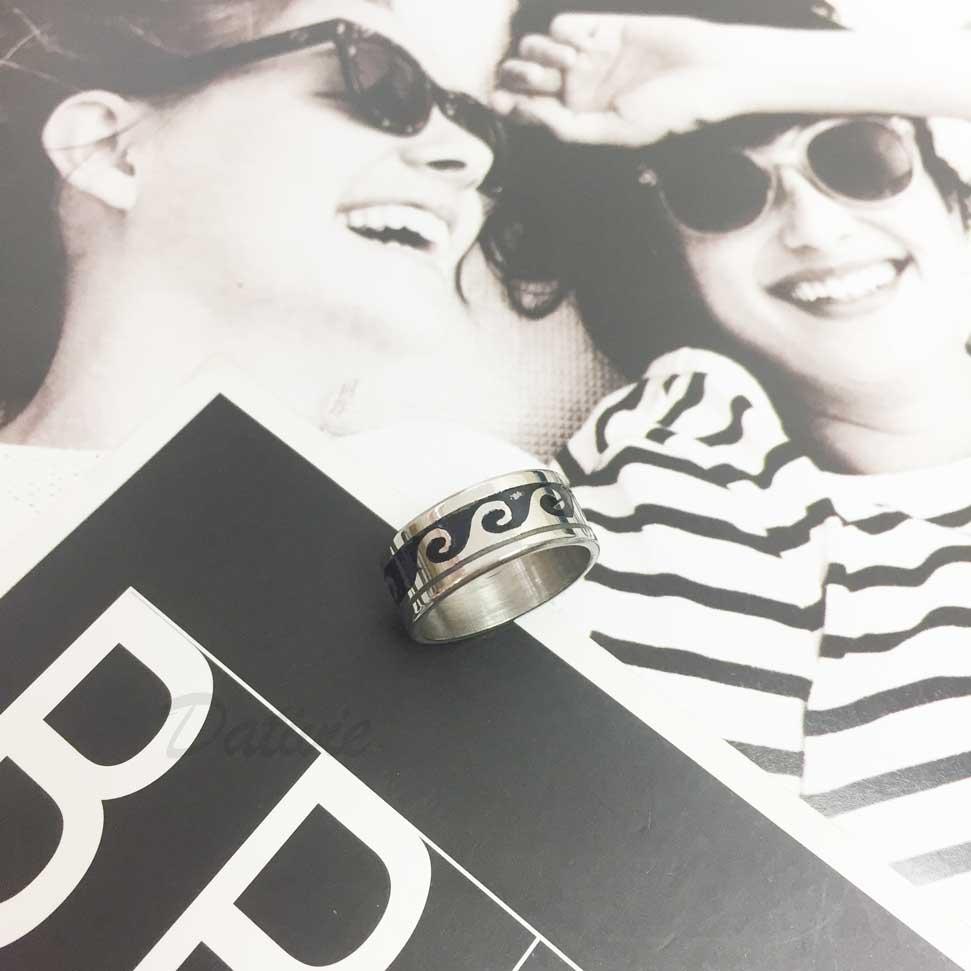 不鏽鋼 黑底 海浪 線條 銀色 手飾 戒指